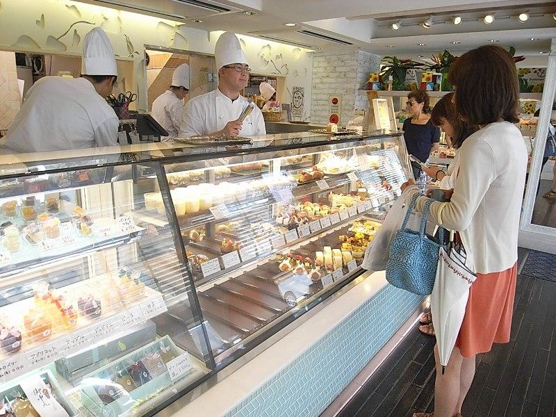 梅ヶ丘駅にはケーキ屋など女性に嬉しいお店が立ち並ぶ