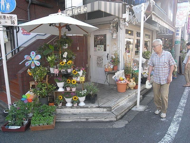 雑貨屋や花屋といったキレイなお店が多いのも特徴の街