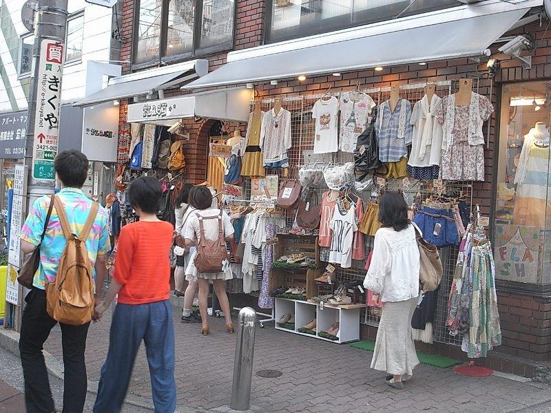 たくさんの若者が買い物に訪れる人気の街。古着屋さんで一点ものを見つけるのも楽しい!