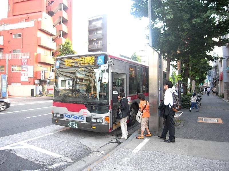 物件から徒歩3分のバス停「元競馬場前」から目黒駅へアクセス可能