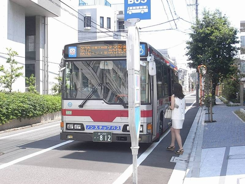 物件目の前のバス停「下目黒五丁目」から渋谷駅や五反田駅へアクセス可能