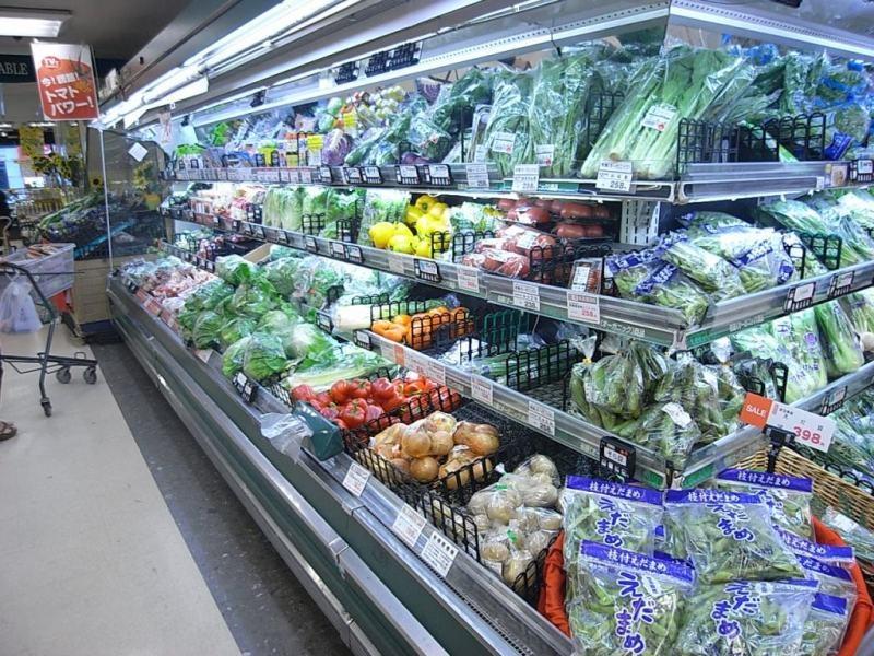 マンションから徒歩3分のスーパー。朝10時~夜23時まで営業。お買い得商品を取り揃えている