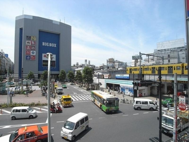早稲田駅から電車3分。学生街なので値段を抑えた飲食店には学生や社会人で終日賑う