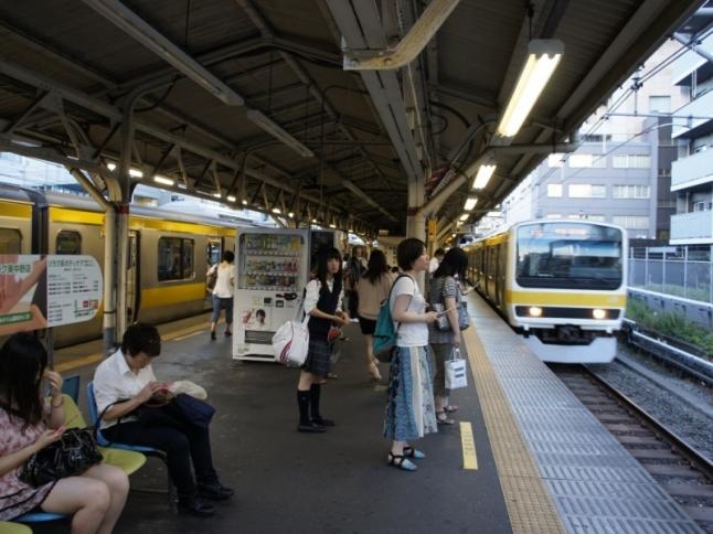 新宿駅まで2駅の東中野駅も徒歩7分で利用できる。駅周辺には大型スーパーも。