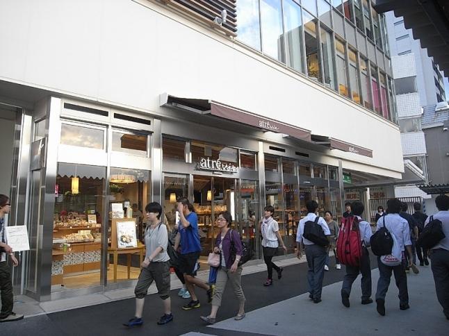 東中野駅の駅ビル「アトレヴィ東中野」にはカフェや惣菜屋・書店などがあり、お出かけついでの買物にも便利