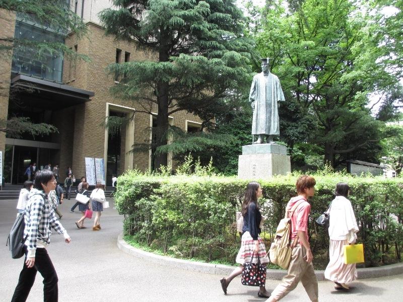 毎年11月開催の早稲田祭では様々な催し物があり、社会人や他大生で賑う