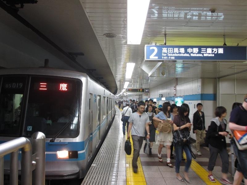 最寄の早稲田駅はJR中央・総武線へ直通。中野のブロードウェイは多くの人で賑う