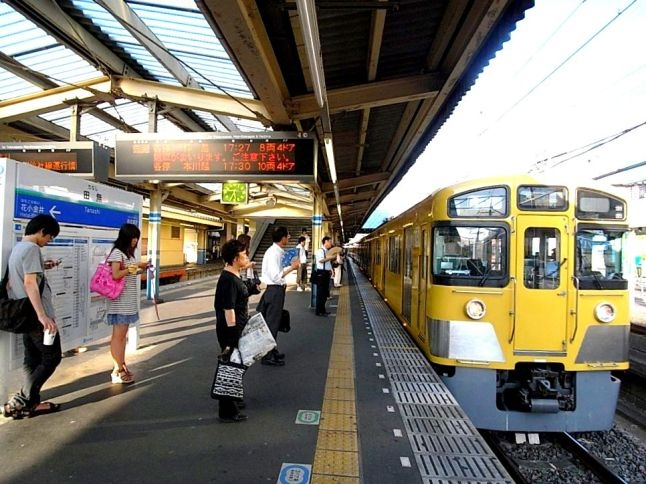 高田馬場・新宿駅まで乗り換えがなく1本で通学可能。