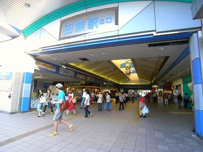 急行停車駅で利用者も多く、駅構内にも飲食店などが充実。