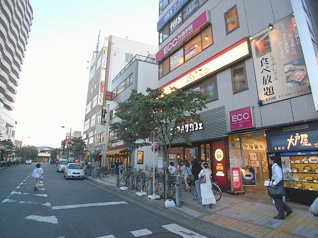 駅前通りは多様な飲食店が充実。食事がない土日も安心
