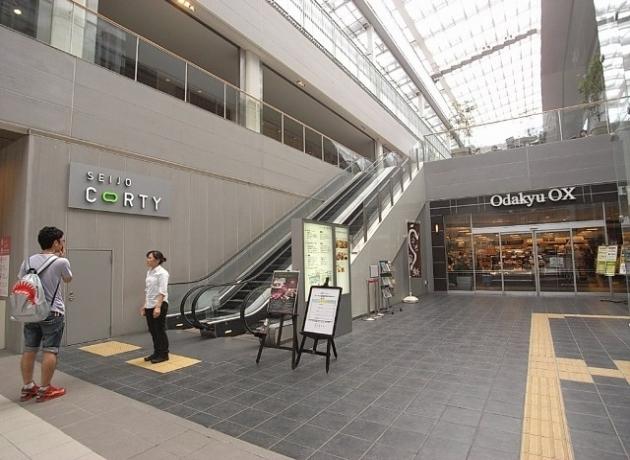 成城学園前駅に併設された駅ビル。スーパーだけでなくカフェやパン屋も入っている