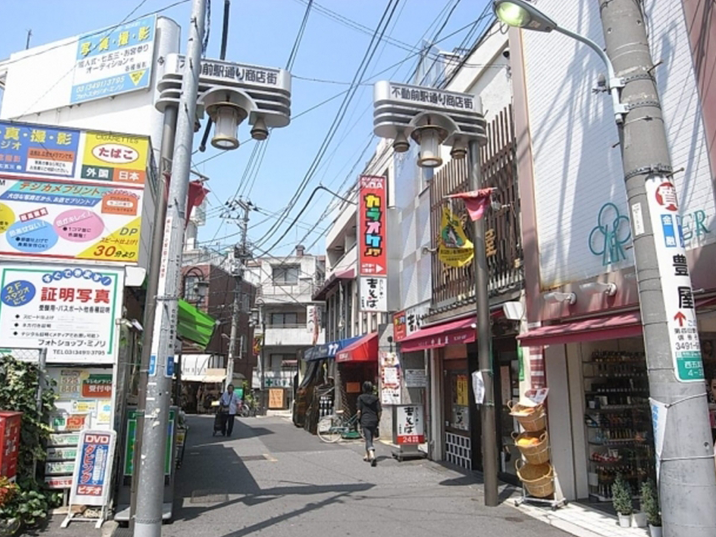 大型のスーパー、個人経営の飲食店など、小さいながらも幅広いお店の揃う商店街。