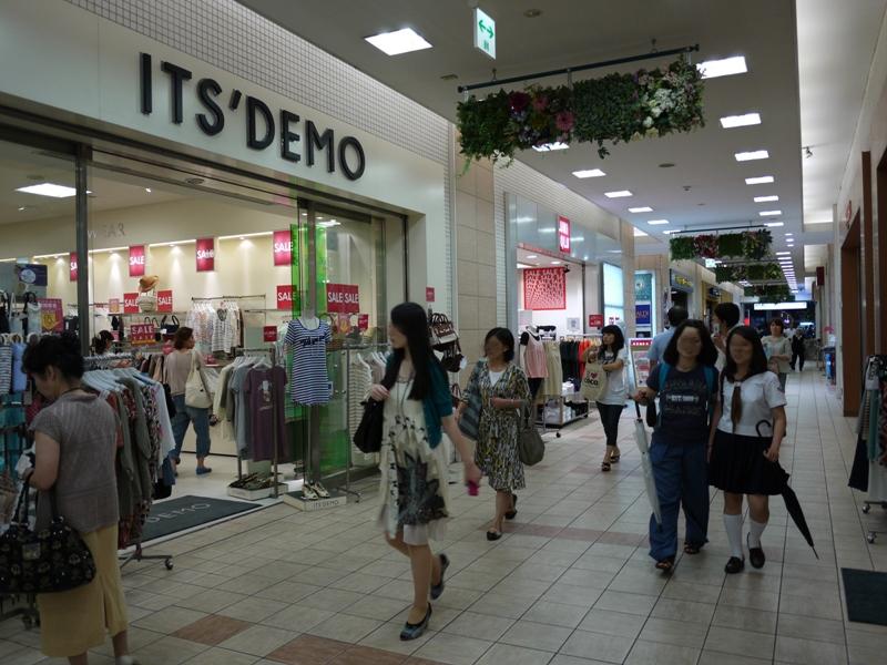 笹塚駅直結の商業施設。雑貨屋やカフェなど様々なお店が入っています。