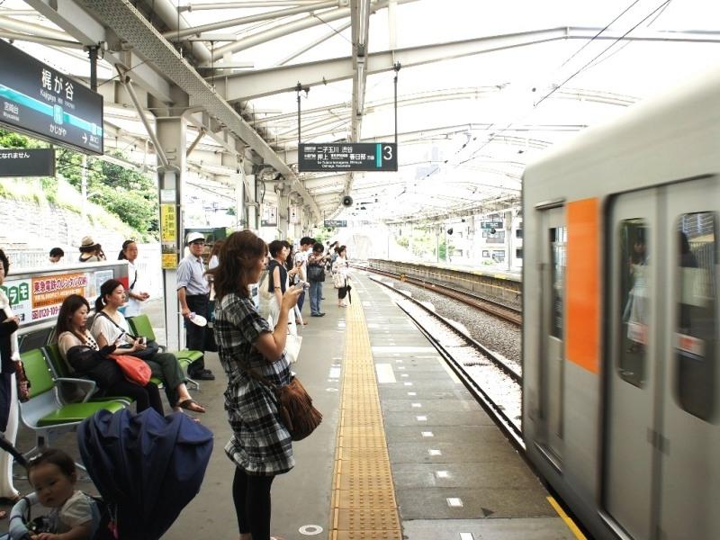 渋谷、駒沢大学を通る。地下鉄半蔵門線に直通しており、表参道や大手町も一本