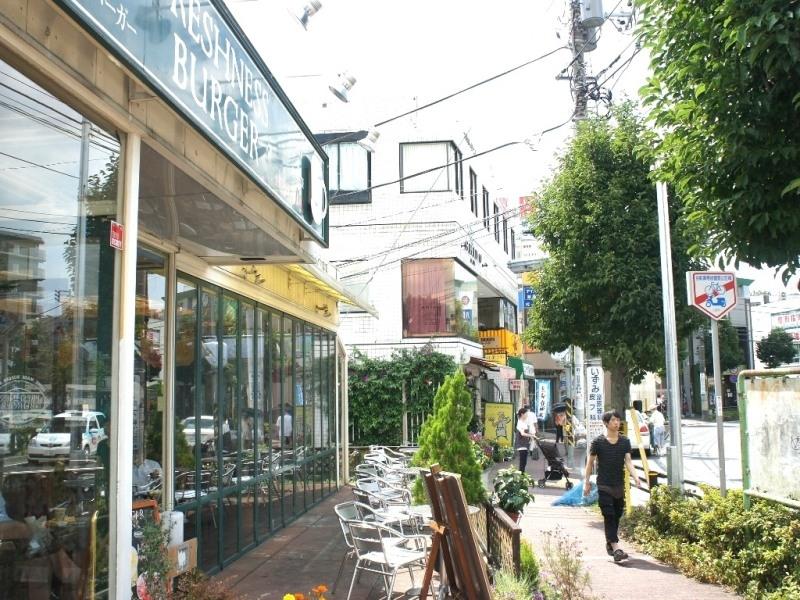 駅前はカフェやファーストフードのお店が充実。休日は自宅ではなく外で勉強やレポートをする学生も多い