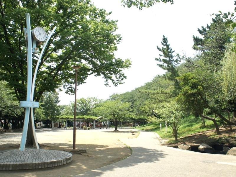 すぐ近くの公園。休日にのんびり散歩するもよし、友人とキャッチボールをするもよし!