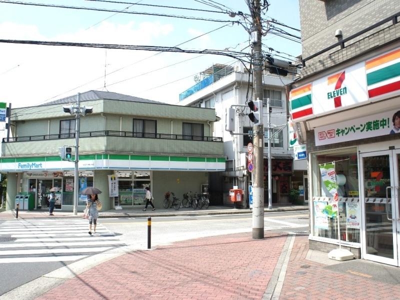 徒歩1分のところに学生の味方、コンビニが2店舗も!どちらを愛用するか好みに分かれますね