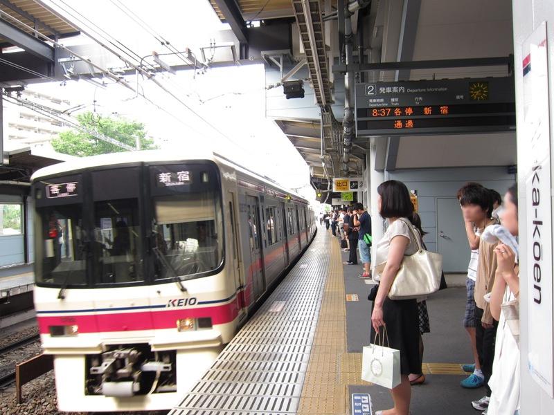京王線は通勤通学時間帯には4分間隔で運行。東京大学、明治大学や日本大学など多くの学生が利用している