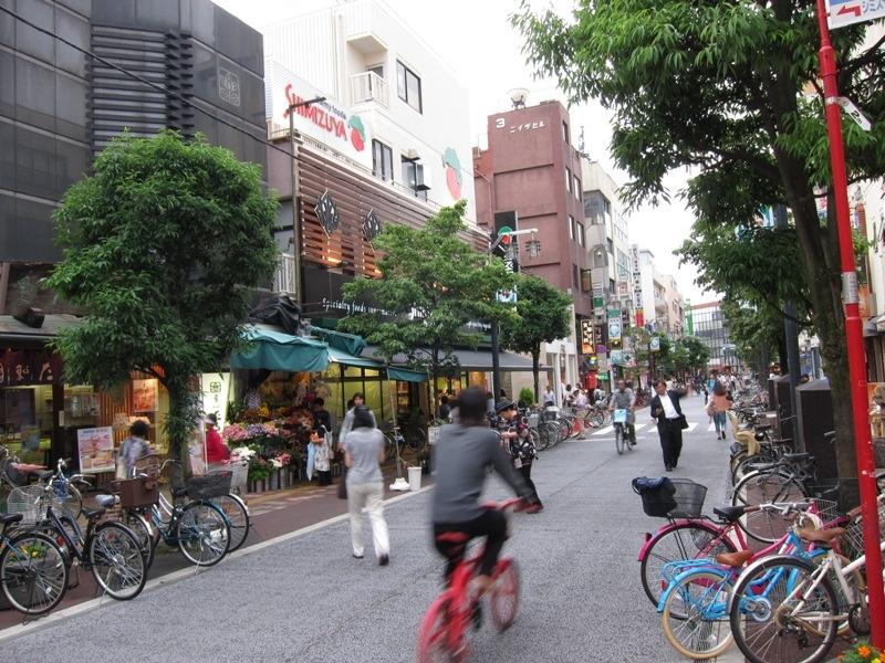 千歳烏山駅まで自転車4分。全長約1.7kmの商店街「えるモール烏山」食料品から日用品まで揃い便利
