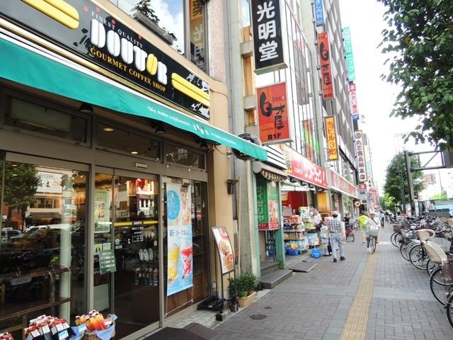 駅前にはコーヒーショップも多く、学生が授業の合間に訪れることも多い
