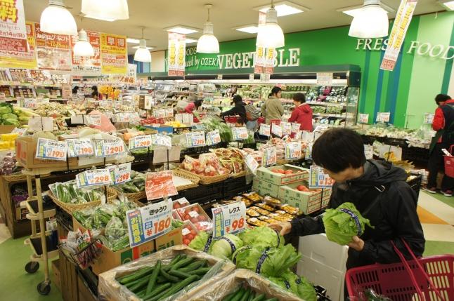 駅前のスーパーでは、野菜の品揃えが豊富です!