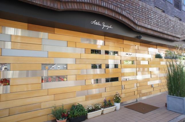 八幡山駅前には有名なパティシエ鎧塚シェフのお店があります