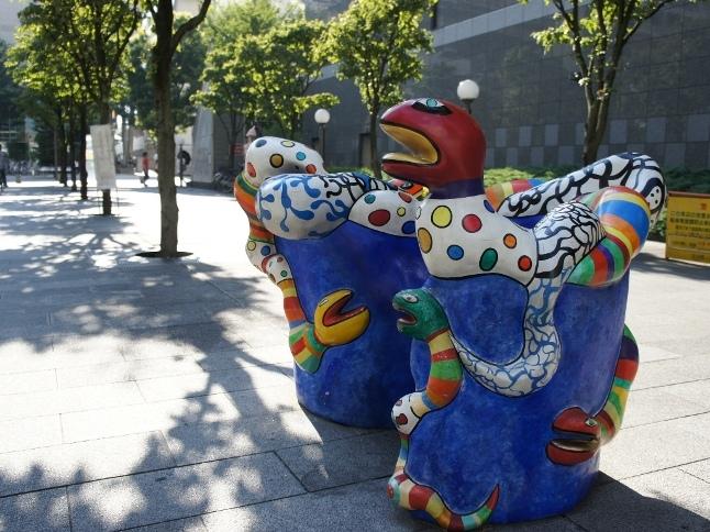 立川北口ビルの合間には36カ国、92人ものアーティストの作品が並んでいる