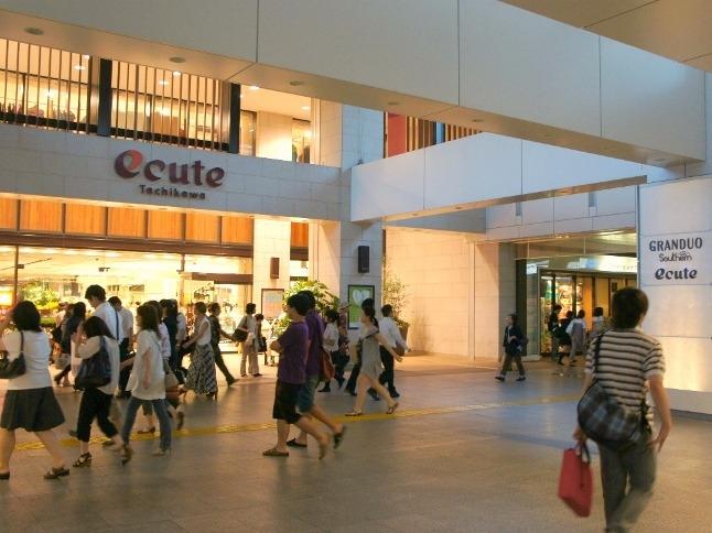 東京駅などにも展開されるエキナカ商業施設。食品店やカフェ・本屋や歯科医まで揃う