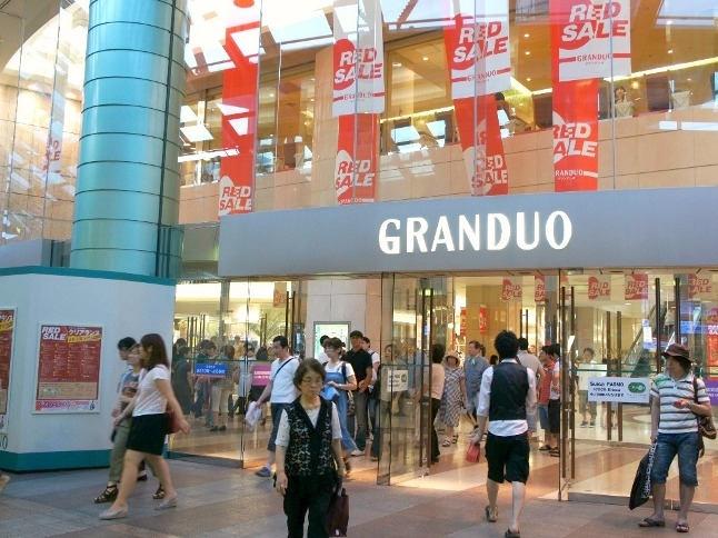 ファッション・化粧品店や占い・リラクゼーション等のショップが揃うグランデュオ