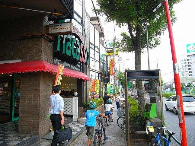 ファミリー層・単身問わず人気の住宅エリアで、駅周辺は飲食店が豊富