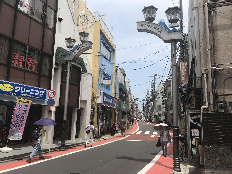 井の頭線から南北に伸びる約350mの富士見ヶ丘商店街