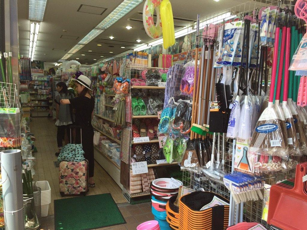 便利な雑貨や日用品、文具が100円で揃います。