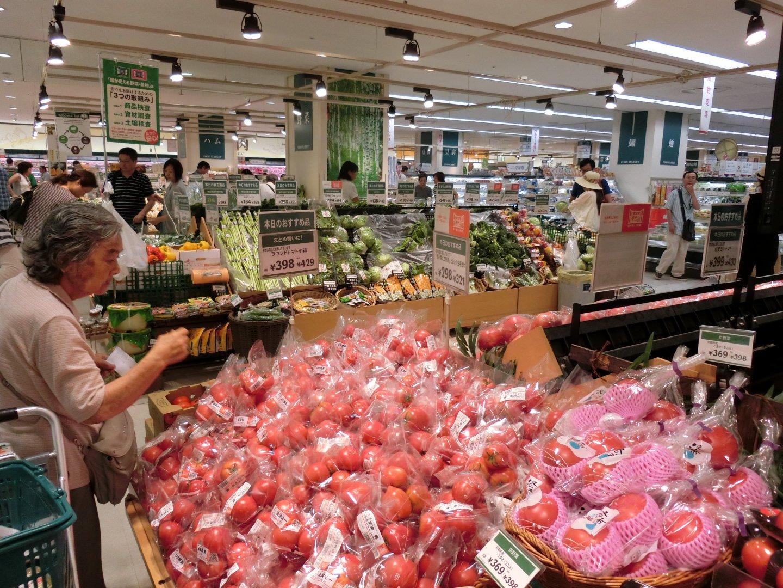 食品や日用品など品揃えが豊富な大型のスーパー