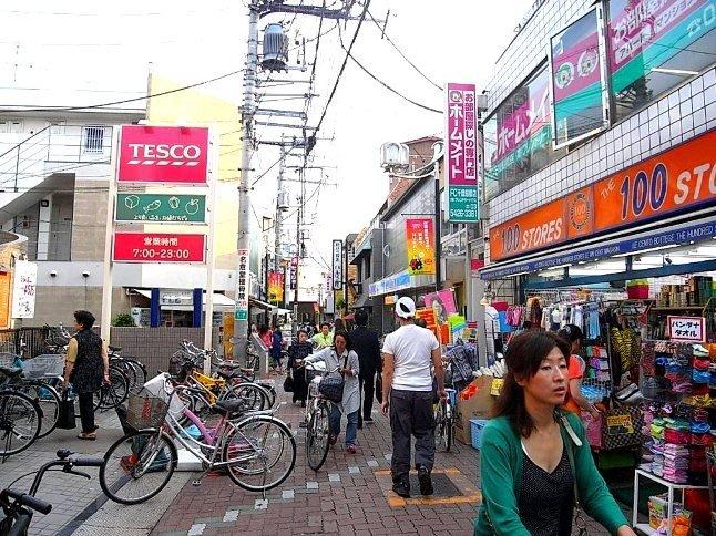隣駅、千歳船橋も徒歩圏内。お買い物や食事をするところの選択が広がる。