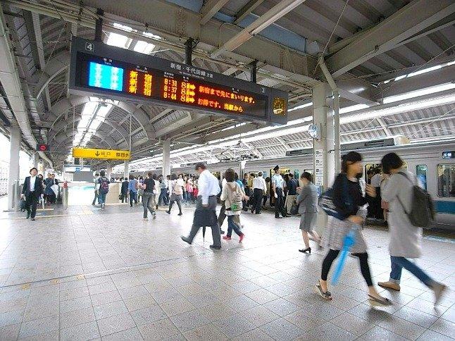 通勤・通学のピーク時間には5分に一回程度の頻度で電車がおとずれる。