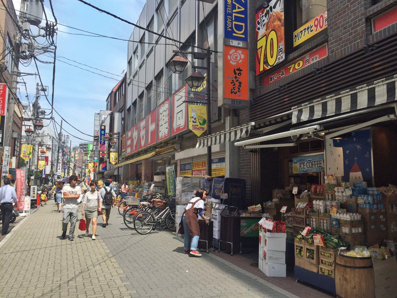 ドラッグストアやスーパー、飲食店が密集している駅前商店街です
