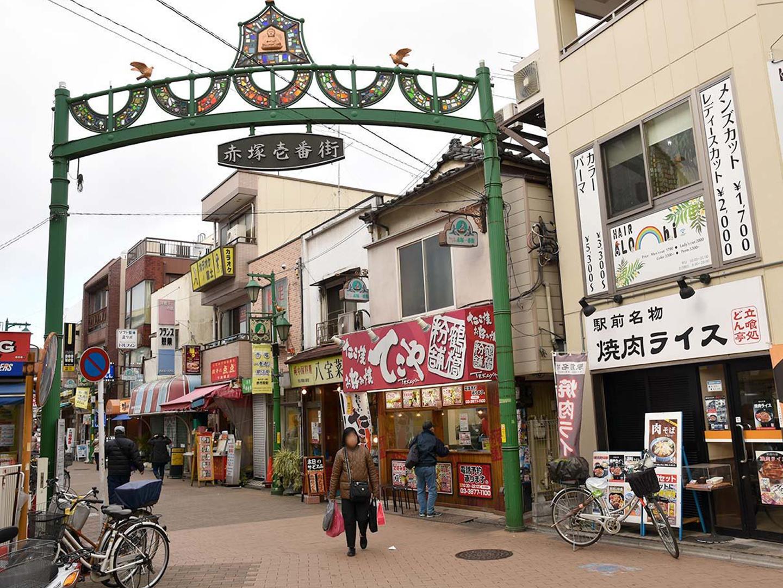 下赤塚駅北口から広がる商店街