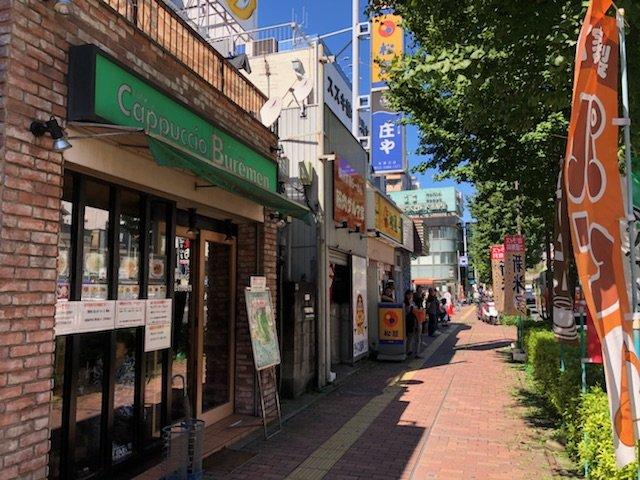 都営三田線「本蓮沼駅」の駅前には飲食店が並んでいます。