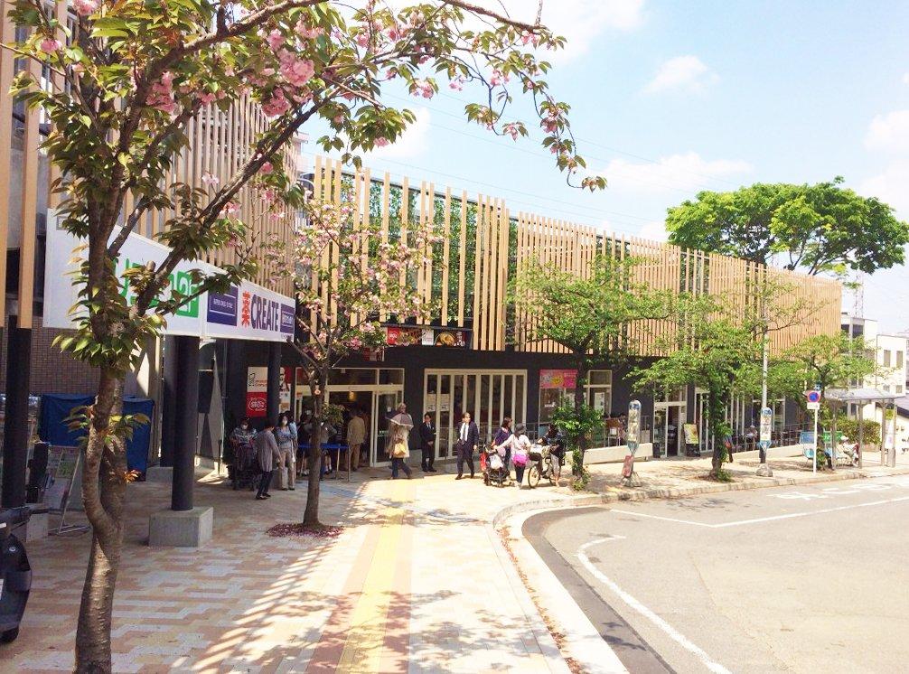 宮崎台駅にはカフェやスーパーなどの商業施設が並びます