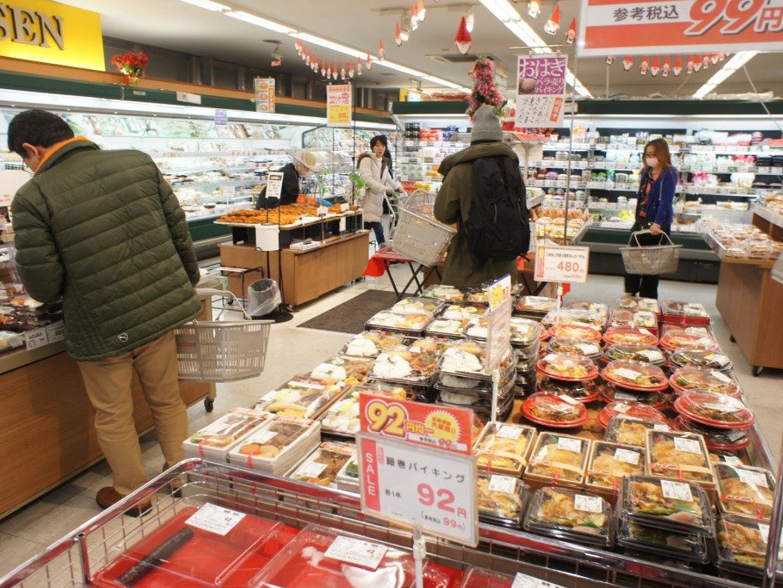 宮崎台駅前の東急ストア。惣菜や新鮮なお野菜が並びます