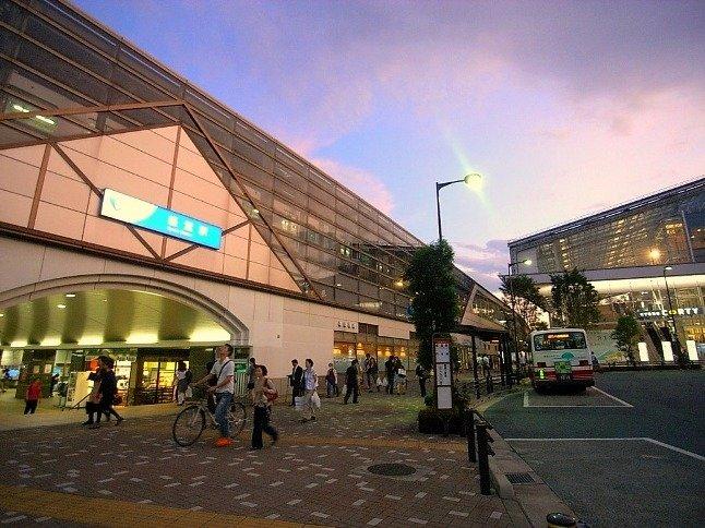 経堂駅は小田急線の急行が停まり近くに大学もあるため、一日中人で賑わう。