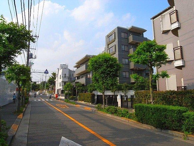 低層の建物が広がる、落ち着いた街並み。緑も豊かな住環境。