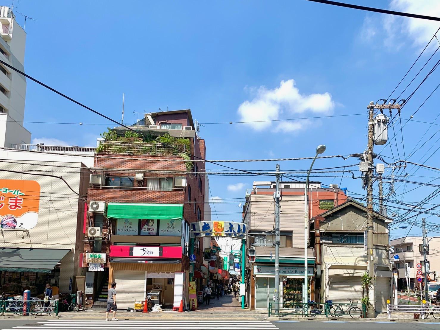 昭和を感じる飲食店やカフェなどが並ぶ商店街です。