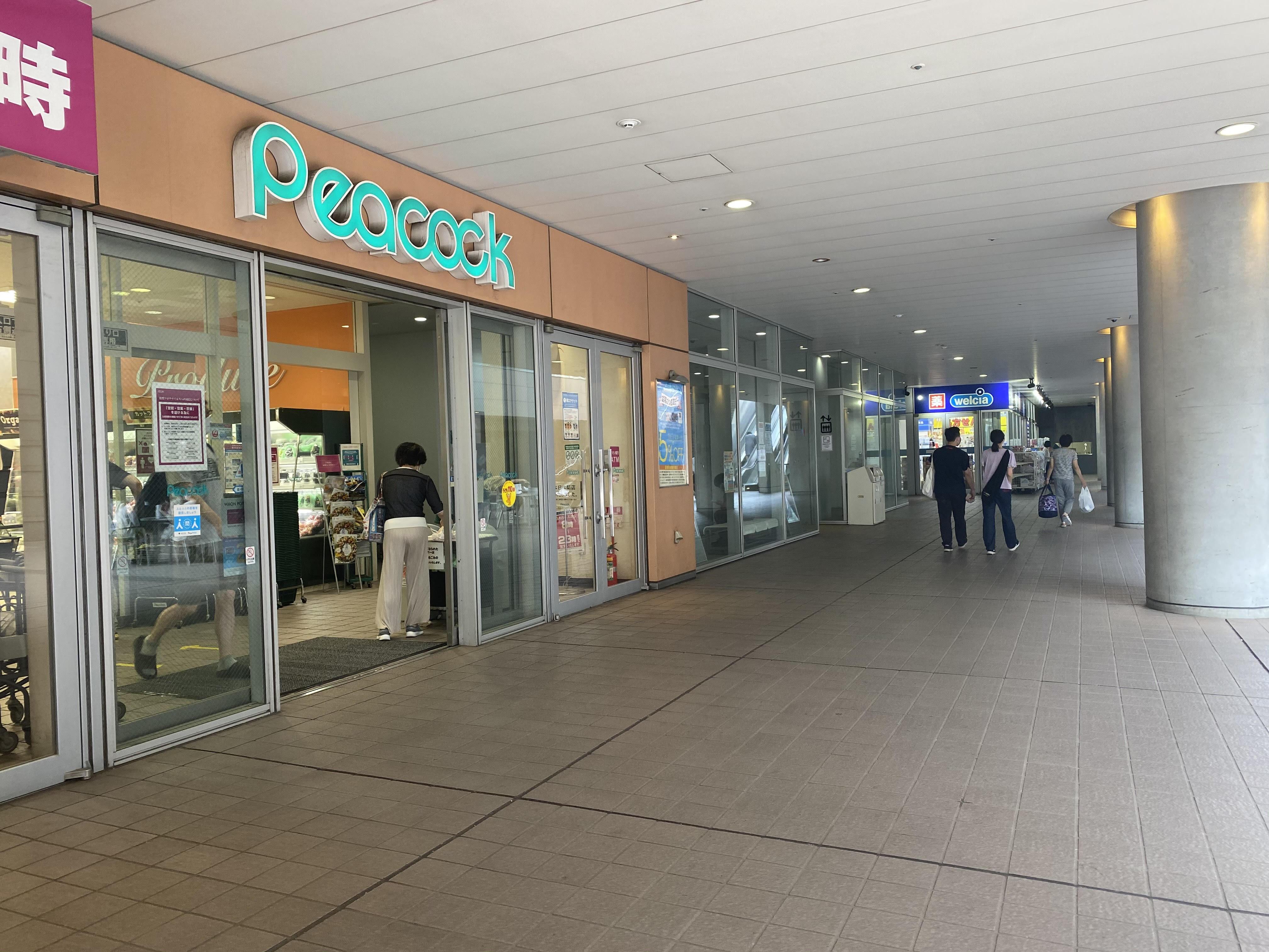 スーパーマーケットのほか、医療施設やフィットネスジムも入る商業施設です