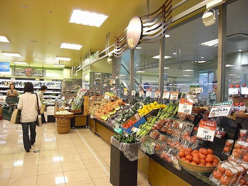 地下にはスーパーマーケット、三徳も入り、2階にはサイゼリヤなどの飲食店が並ぶ。