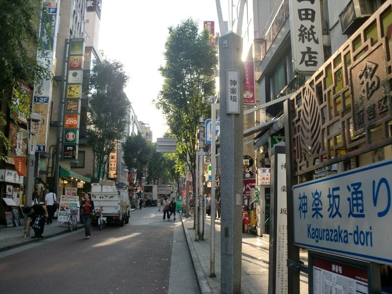 隠れ家的なカフェ、商店が軒を連ねる。神楽坂まつりの際には、阿波踊り大会も開かれる