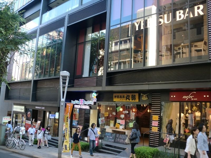 牛タンの人気店、仙臺屋を始め有名飲食店が並ぶ
