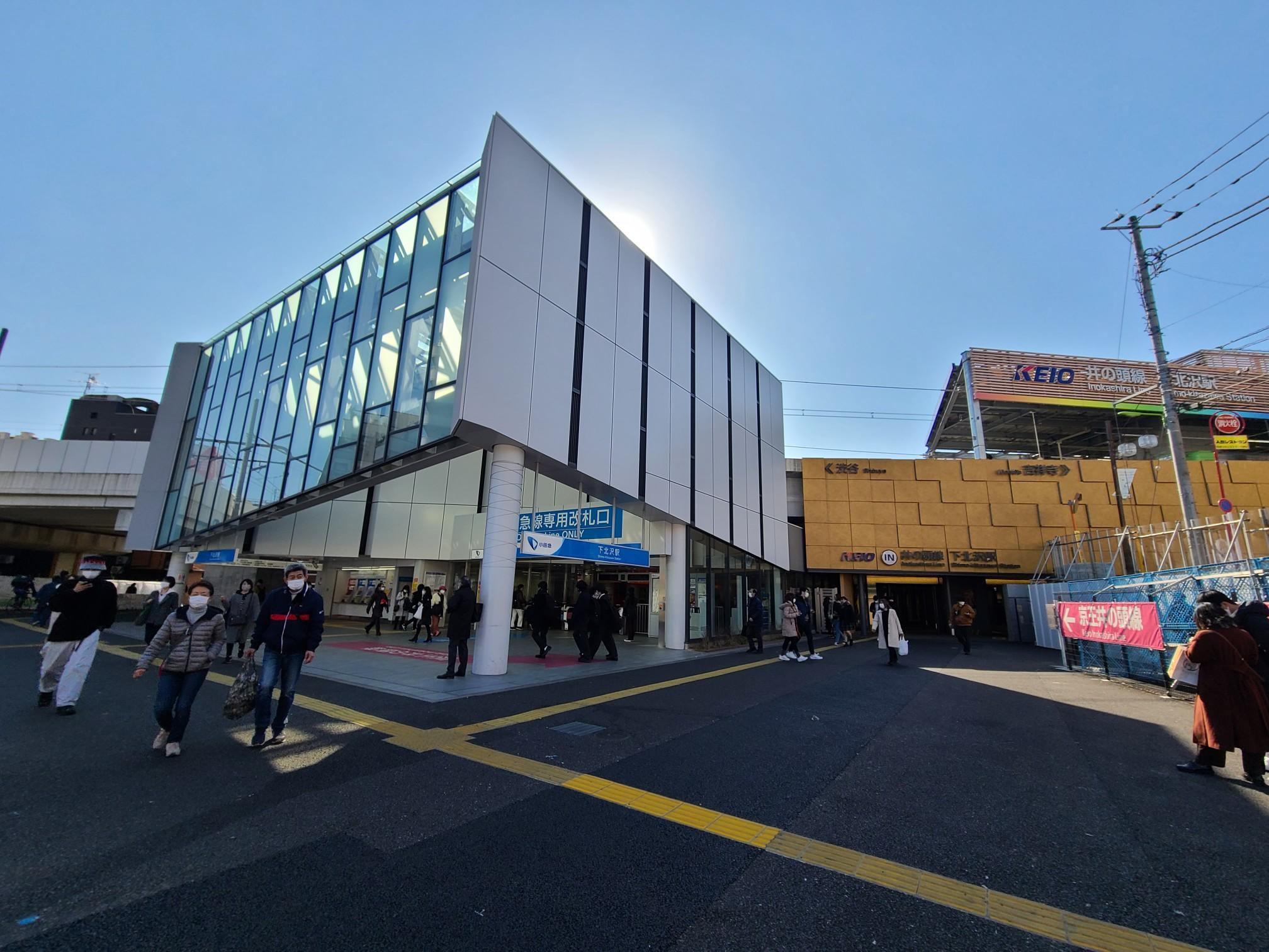 小田急線の東口と井の頭線の京王中央口が最寄りの下北沢駅の出口です
