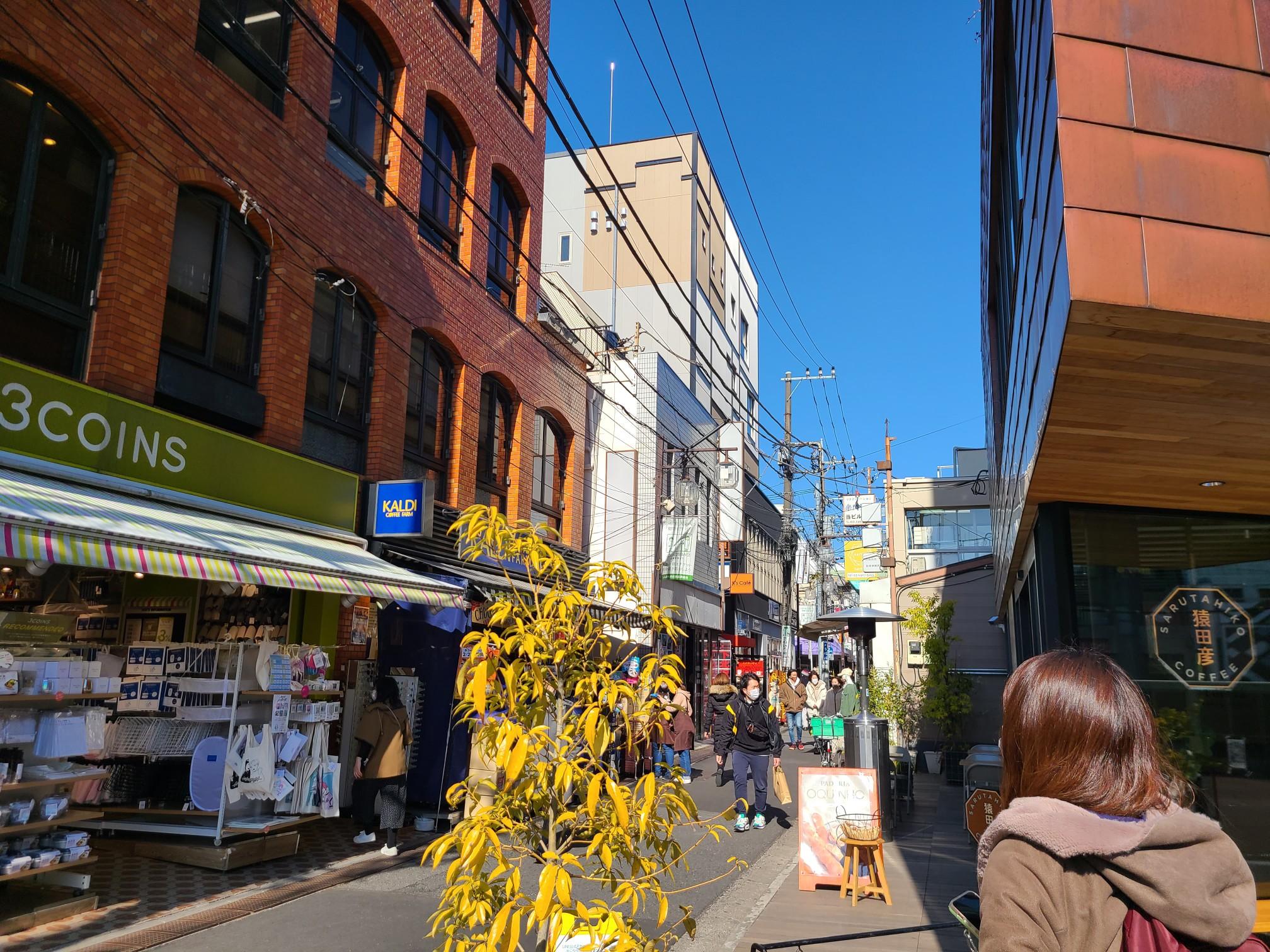 下北沢駅東口側にはお洒落なカフェや店が並ぶ